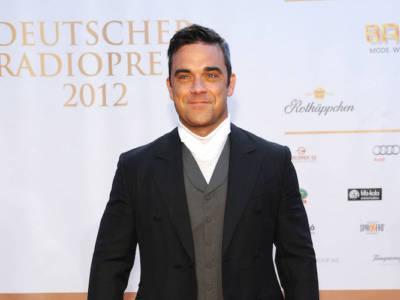 Robbie Williams svela aneddoti assurdi: sapete che a Buckingham Palace…?