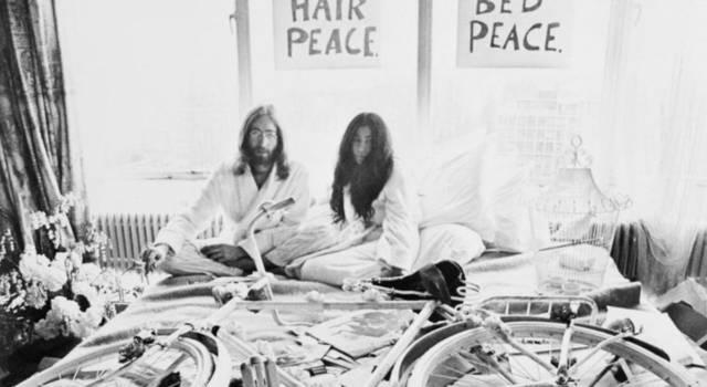 """L'assassino di John Lennon chiede scusa a Yoko Ono: """"Il mio è stato un atto spregevole"""""""