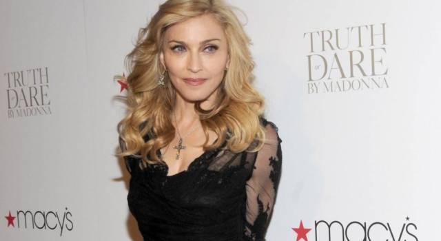 Madonna indossa una maglia con un diavolo in croce: scoppia la polemica