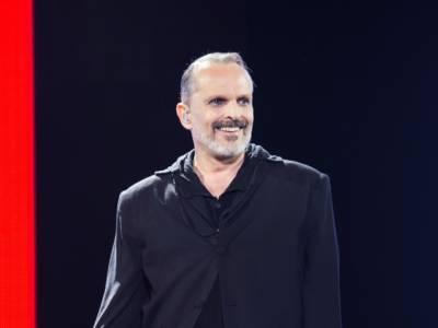 Miguel Bosé denunciato dall'ex compagno per la paternità dei loro quattro figli