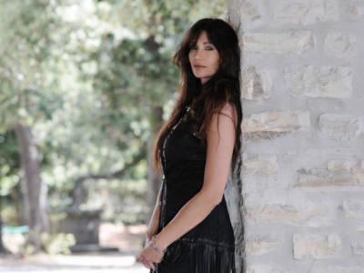Chi è Luisa Corna, la cantante diventata famosa come showgirl