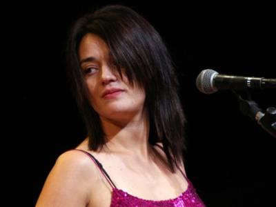 Carmen Consolil, Una domenica al mare: nel video c'è anche il figlio