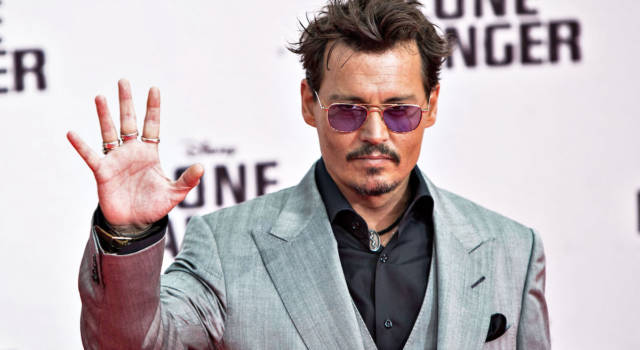 Johnny Depp canta The Times Ther Are A Changin' di Bob Dylan per George Floyd