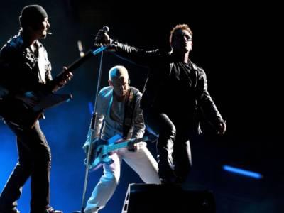 U2, Bono e The Edge suonano Stairway to Heaven dei Led Zeppelin per beneficenza