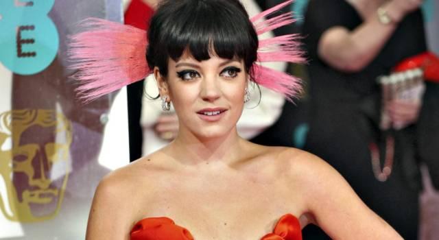 Lily Allen festeggia un anno da sobria in splendida forma a Capri
