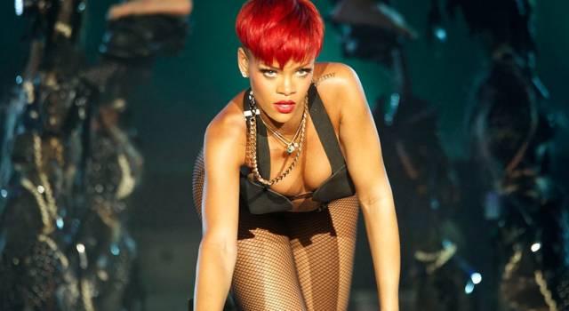 """Rihanna in lingerie scalda l'atmosfera in vista di San Valentino: """"Fate tutto quello che vi fa stare bene"""""""
