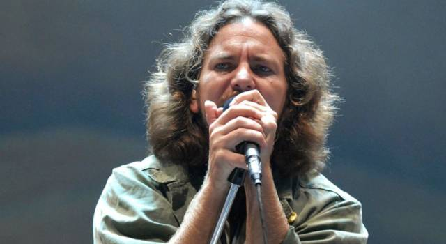 Eddie Vedder emoziona i fan suonando Far Behind in streaming