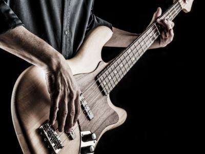Mark Hoppus torna a suonare il basso per la prima volta dopo l'inizio della chemio