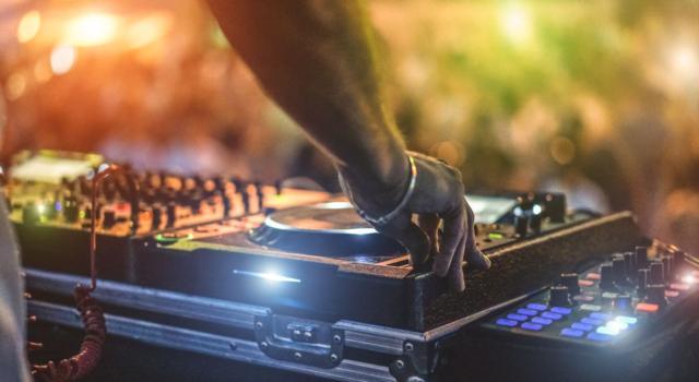 Dramma per il deejay Joseph Capriati: è stato accoltellato dal padre